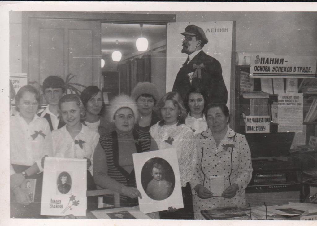 устный журнал к дню рождения В.И. Ленина со старшеклассниками Гумбейской школы, 1970-е.jpg